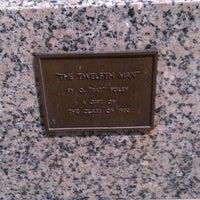 Das Foto wurde bei 12th Man Statue von Nicola R. am 7/26/2011 aufgenommen