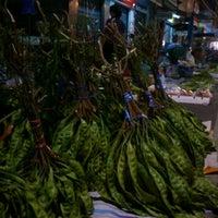 Photo taken at แผงผักริมถนน หลังตลาด (กลางคืน) by วัชรินทร์  แสวงการ T. on 6/23/2012