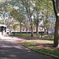 10/15/2011 tarihinde Heather C.ziyaretçi tarafından Cadman Plaza Park'de çekilen fotoğraf