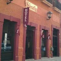 Foto tomada en El Serafin Hotel Boutique por Katherine L. el 11/26/2011