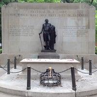 Foto tirada no(a) Washington Square por Fred V. em 7/13/2012