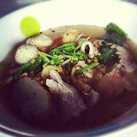 Photo taken at เจ๊เล็กหมูมะนาว by pichezzz™ on 5/31/2012