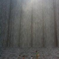 9/25/2011 tarihinde Veronica P.ziyaretçi tarafından Gerald D. Hines Waterwall Park'de çekilen fotoğraf