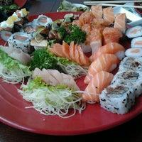 Foto tirada no(a) Sakae Sushi por Gilberto R. em 12/28/2011