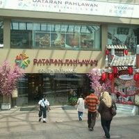 Photo taken at Dataran Pahlawan Melaka Megamall by Haizad I. on 1/31/2012