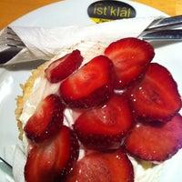 Foto tomada en Cadde İstiklal Pasta & Cafe por Burak O. el 8/28/2012