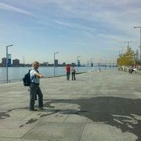 Das Foto wurde bei Detroit RiverWalk von Jenni B. am 9/20/2011 aufgenommen