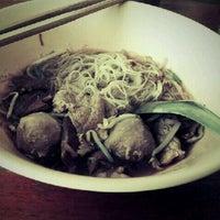Photo taken at โต เกาเหลาเนื้อ by Siripan S. on 11/26/2011