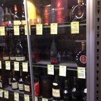 Photo prise au Total Wine & More par  ʎǝɔɐɹʇ ɹ. le6/25/2012