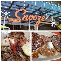 รูปภาพถ่ายที่ Snooze โดย Robbie D. เมื่อ 7/7/2012