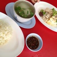 Photo taken at โกจงข้าวมันไก่ by Peung O. on 8/18/2012