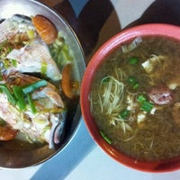Foto tomada en Seng Kee Black Herbal Chicken Soup 成基黑鸡补品  por Gie el 11/11/2011