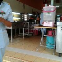 Photo taken at Restoran Selera Kampung (Jom Makan) by Mezumi on 4/23/2012