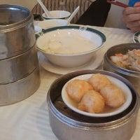 5/13/2012 tarihinde Tyler H.ziyaretçi tarafından The Palace Seafood & Dim Sum'de çekilen fotoğraf