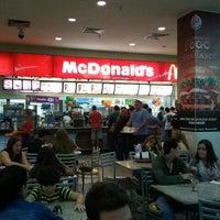 Foto tirada no(a) McDonald's por Midori F. em 7/16/2012