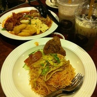 Photo taken at OldTown White Coffee by 🅰♏💹💎 on 3/24/2012