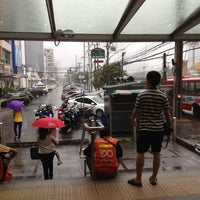 Photo taken at MRT Huai Khwang (HUI) by Apiwat on 8/12/2012