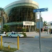 Foto tomada en Kukulcan Plaza por Alberto B. el 7/30/2012