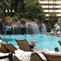 Foto tirada no(a) The Mirage Pool & Cabanas por Spencer S. em 5/23/2012
