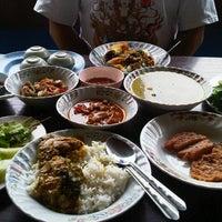 Photo taken at ร้านครัวทักษิณ(ข้าวแกงปักษ์ใต้) by Pimmada C. on 9/9/2012