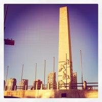 Foto tirada no(a) Obelisco Mausoléu aos Heróis de 32 por Pamela L. em 8/18/2012
