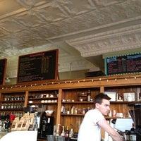Foto tirada no(a) Bridgeport Coffee Company por Michael Z. em 8/5/2012