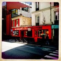 Foto tirada no(a) Artazart Design Bookstore por Lapacherie T. em 7/24/2011