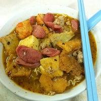 Photo taken at Raja Uda Famous Kwang Hwa Tom Yam Noodle by Horatio C. on 4/24/2011