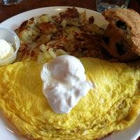 รูปภาพถ่ายที่ Broken Yolk Cafe โดย Scott T. เมื่อ 7/8/2012