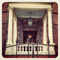 7/16/2012 tarihinde Reclaimed DesignWorksziyaretçi tarafından Calhoun Mansion'de çekilen fotoğraf