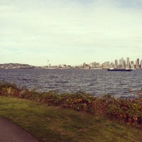 Photo prise au Alki Beach Path par Leslie W. le10/13/2011