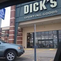 Photo prise au DICK'S Sporting Goods par Danielle A. le3/4/2012