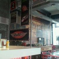 Foto tirada no(a) Garage Burger por Fernanda B. em 4/24/2012