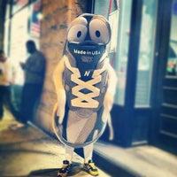 Foto tirada no(a) New Balance NYC Flagship Store por Podge N. em 3/29/2012