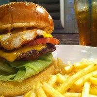 Foto scattata a Whoopi Gold Burger da Eriko il 8/12/2011