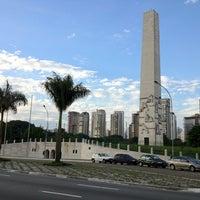 Foto tirada no(a) Obelisco Mausoléu aos Heróis de 32 por David em 6/10/2012