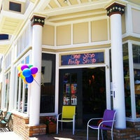 Photo prise au One Stop Party Shop par Rosemarie M. le6/23/2012