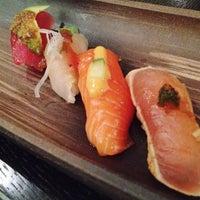 Foto tirada no(a) Sushi Yasaka por Julie Q. em 1/29/2012
