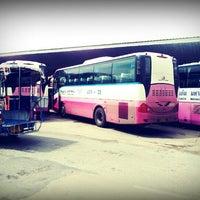 Das Foto wurde bei Khon Kaen Bus Terminal von Rock C. am 6/25/2012 aufgenommen