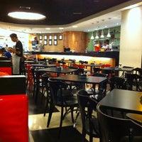 Photo taken at Eddie Fine Burgers by Marcelo Estevam B. on 9/12/2011
