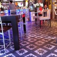 9/26/2011 tarihinde handeziyaretçi tarafından Fes Cafe'de çekilen fotoğraf