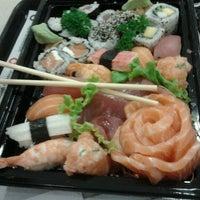 Foto tirada no(a) Fujisan Sushi por Paula C. em 10/16/2011