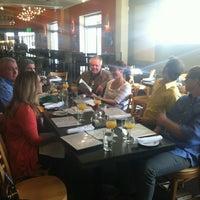 Foto tomada en Encore on Colfax por Lauren B. el 3/17/2012
