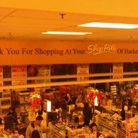 Foto tirada no(a) ShopRite por Douglas M. em 11/13/2011