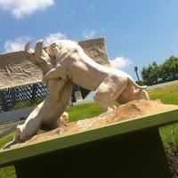 Das Foto wurde bei Page Museum at the La Brea Tar Pits von James W. am 5/29/2012 aufgenommen
