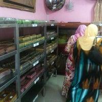 Photo taken at Kek Lapis Dayang Salhah by Roslan T. on 1/20/2011