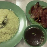 Photo taken at Restoran Pak Mal Nasi Ayam by Ferra M. on 1/8/2012