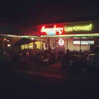 รูปภาพถ่ายที่ Sanamluang Café โดย John E. เมื่อ 7/30/2012