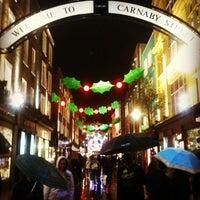 12/1/2011 tarihinde Steve D.ziyaretçi tarafından Carnaby Street'de çekilen fotoğraf