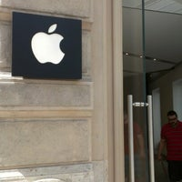Photo taken at Apple Calle Colón by Laura G. on 8/10/2012